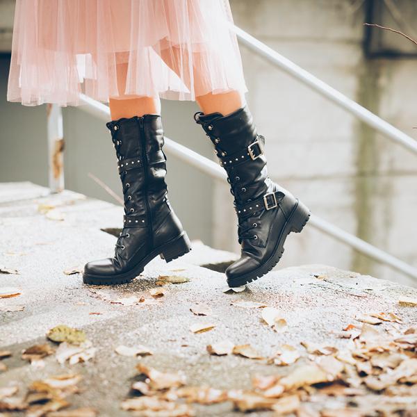 Kombinacija divljeg rocka i elegantnog glamura – vojničke čizme