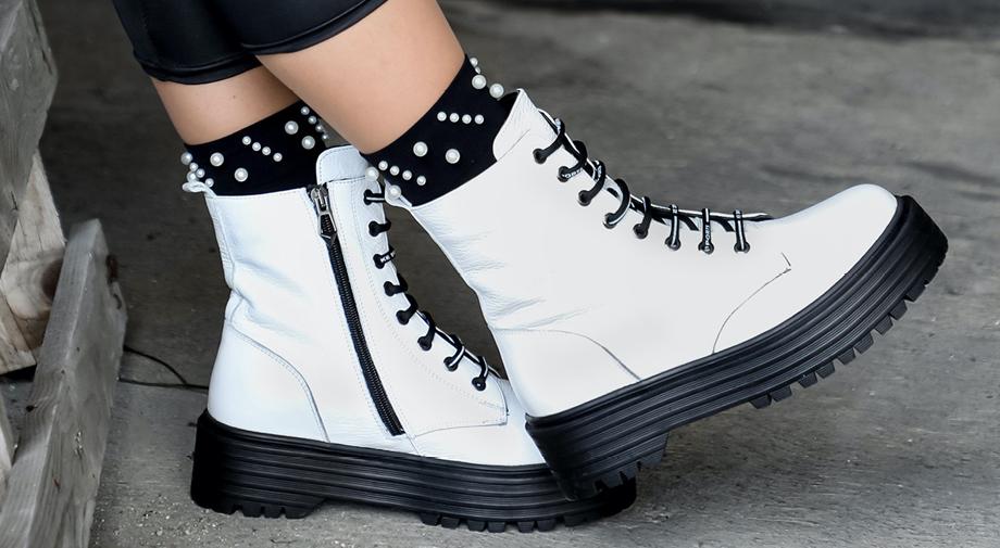 Must have obuća ove jeseni su bijele bajkerske čizme!