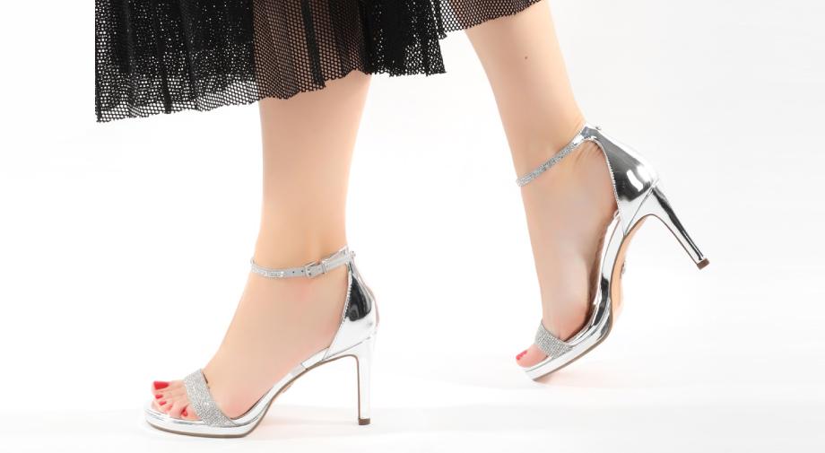 Kako nositi sandale s ukrasima tijekom dana i večeri?